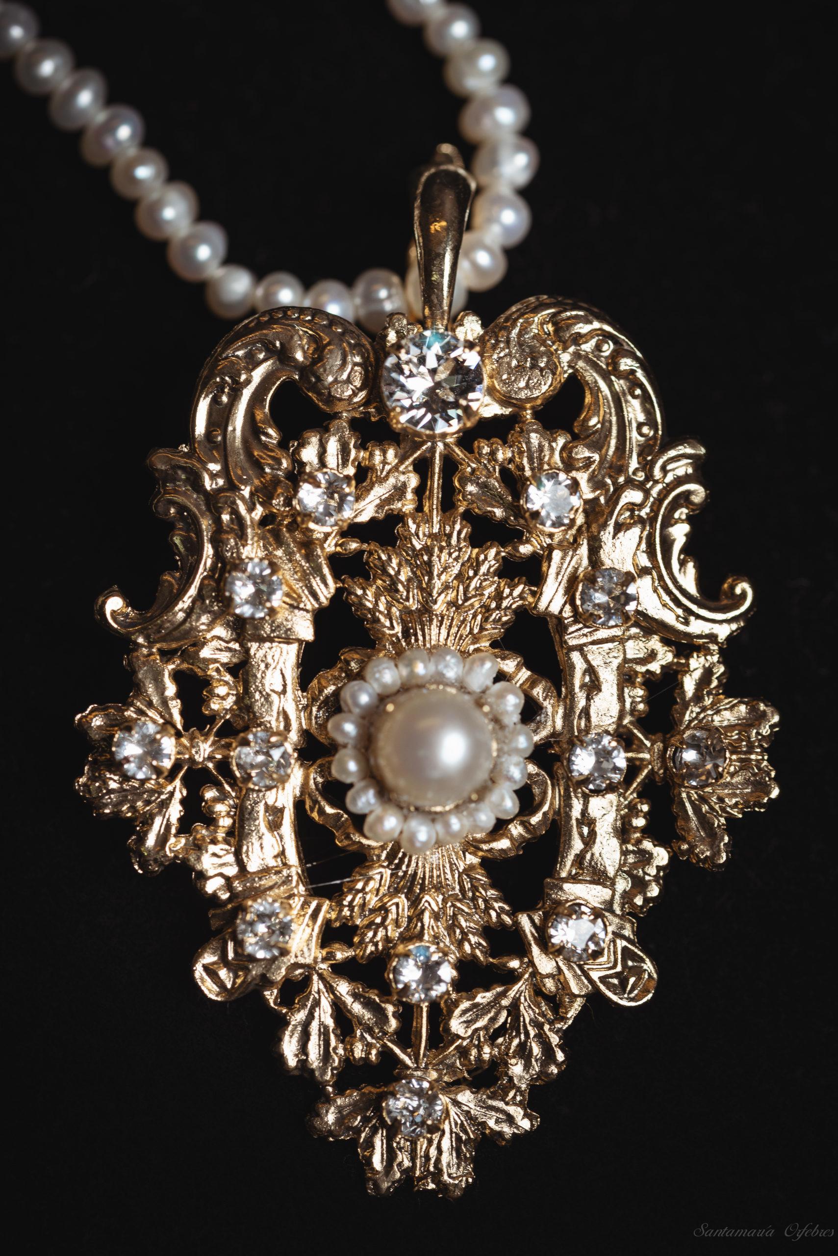Colgante Princesa, montado en perlas cultivadas y cristal Swarovski.