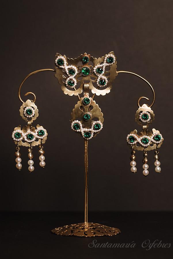 Aderezo Barquillo, montado en esmeraldas y perlas cultivadas.