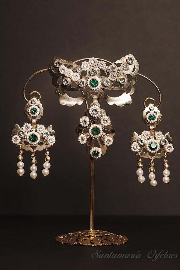 Barquillo colección especial 150 años, montado en esmeralda y perlas cultivadas.