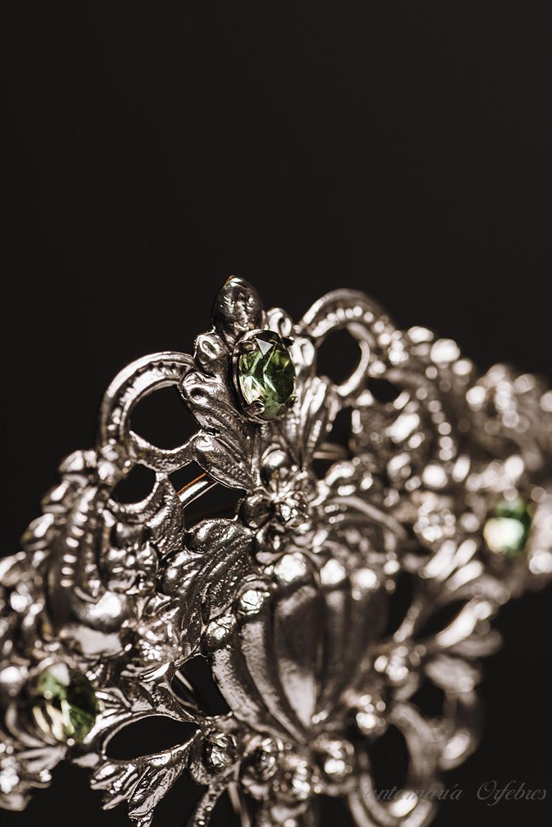 Broche aderezo Desamparados, montados en cristales de Swarovski y acabado en rodio.