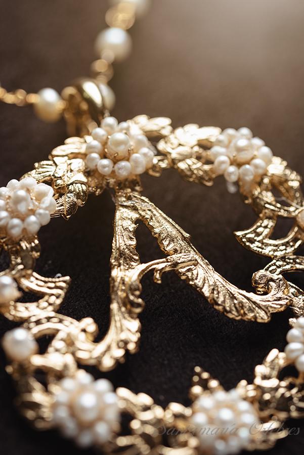 Colgante Inicial, montado con perlas cultivadas.